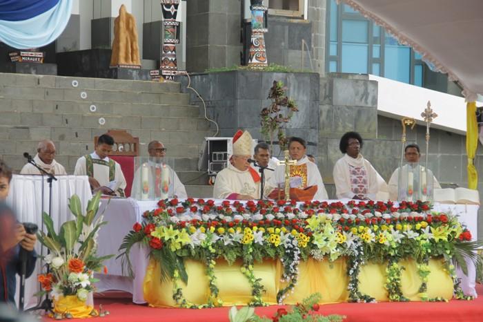 Mgr Mandagi memipin Misa Pesta Perak Tahbisan Episkopalnya (PEN@ Katolik/ym)