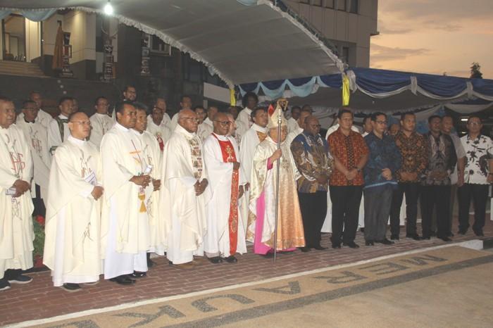 Mgr Mandagi bergambar bersama, Bupati Merauke Frederikus Gebze, Sekda Daniel Pauta, para imam dan para pejabat daerah (PEN@ Katolik/ym)