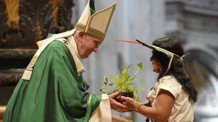Seorang perempuan pribumi dari Amazon memberikan kepada  Paus Fransiskus sebuah tanaman dalam Misa Penutupan Sinode Amazon (Vatican Media)