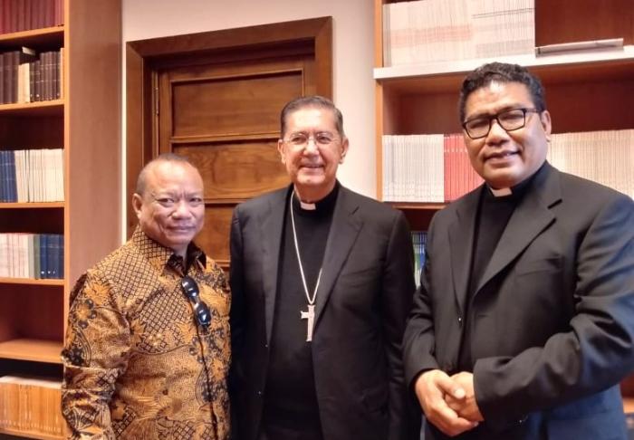 Putut Prabantoro bergambar bersama Padre Marco (kanan) dan Presiden dari Dewan Kepausan untuk Dialog Antarumat Beragama Uskup Miguel Ayuso  (tengah)