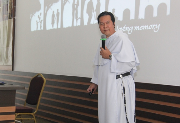 Pastor Filemon I dela Cruz Jr OP dengan Rosario panjang sebanyak 15 peristiwa yang menjadi bagian dari jubahnya (PEN@ Katolik/soni)