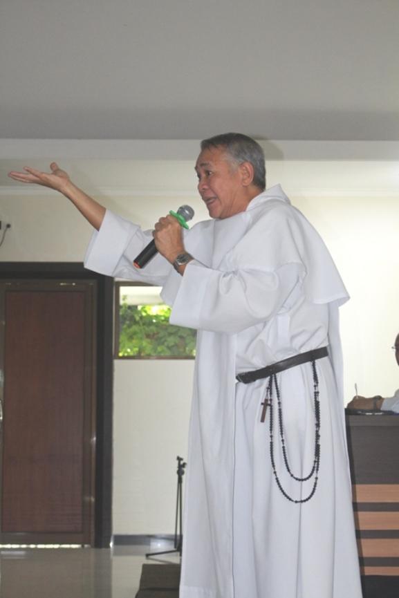 Rektor Seminari Antarkeuskupan di Pontianak Pastor Edmund Nantes OP dengan Rosario panjang di jubahnya (PEN@ Katolik/soni)