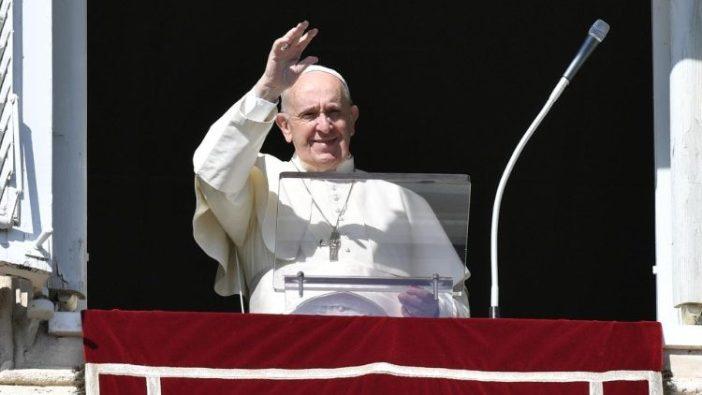 Paus Fransiskus melambaikan tangan kepada umat beriman di Lapangan Santo Petrus  (Vatican Media)