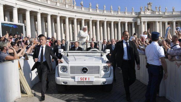 Paus Fransiskus di mobil paus saat Audiensi Umum 2 Oktober 2019 (Vatican Media)