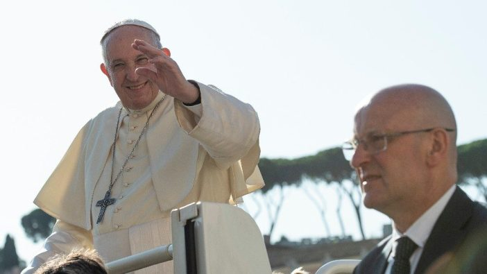 Paus Fransiskus dan Komandan Gendarmerie (polisi militer) Vatikan Domenico Giani 3