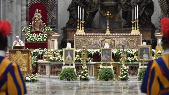 Paus Fransiskus membuka Bulan Misi Luar Biasa di Basilika Santo Petrus (Vatican Media)