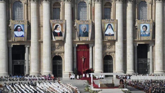 Paus memimpin Misa Kanonisasi di Lapangan Santo Petrus (Vatican Media)