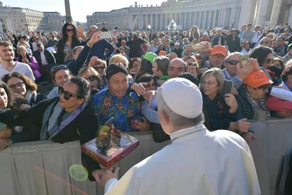 Gora Kunjana memberikan kepada Paus sebuah baju batik dari Indonesia