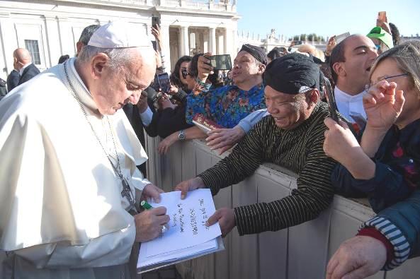 Paus Fransiskus menandatangani draft berkat untuk Indonesia yang diserahkan oleh Putut Prabantoro.