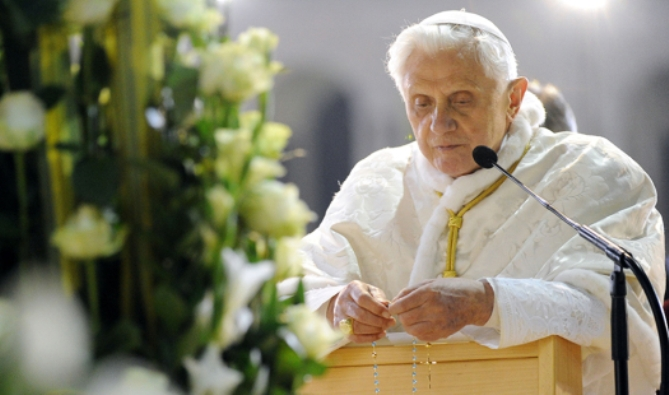 Paus Benediktus XVI berdoa Rosario. VINCENZO PINTO/AFP