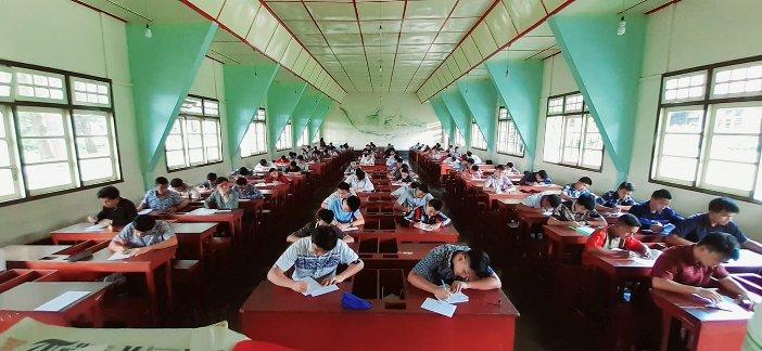 Suasana ujian di ruang studi Seminari Kakaskasen (Foto dari Halaman Facebook Seminari Kakaskasen)