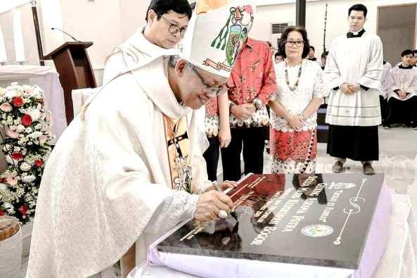 Uskup Bogor Mgr Paskalis Bruno Syukur OFM menandatangani prasasti peresmian Gedung Asrama Putra Stella Maris Keuskupan Bogor  (foto diambil dari Halaman Facebook Seminari Stella Maris)