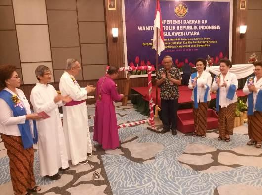 Uskup Manado Mgr Rolly Untu MSC memukul tetengkoran untuk membuka Konferda WEKRI Sulut (PEN@ Katolik/af)
