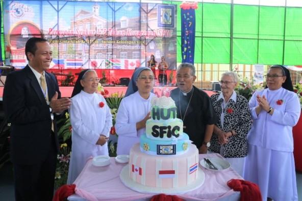 General SFIC Suster  Adriana Tony SFIC dan Mgr Agustinus Agus meniup lilin HUT ke=175 SFIC (PEN@ Katolik/srmssfic)