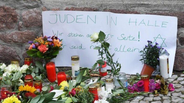 Tanda di luar sinagoga bertuliskan: Orang Yahudi di Halle kami mendukung kalian (ANSA)