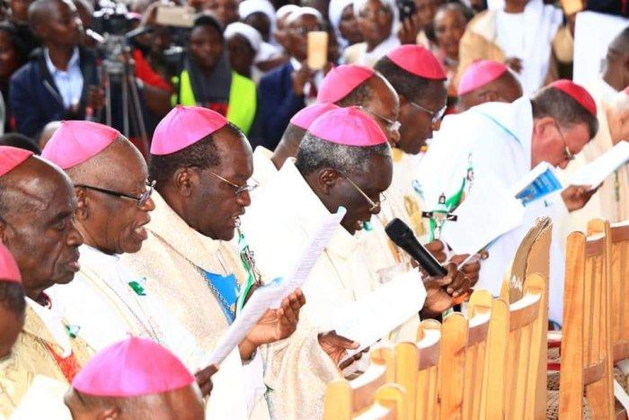 Para uskup Kenya membacakan ikrar memerangi kejahatan korupsi (foto dari Twitter Uskup Agung Anthony)