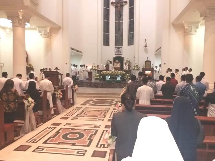Suasana Misa yang dipimpin Mgr Rolly Untu MSC (PEN@ Katolik/af)