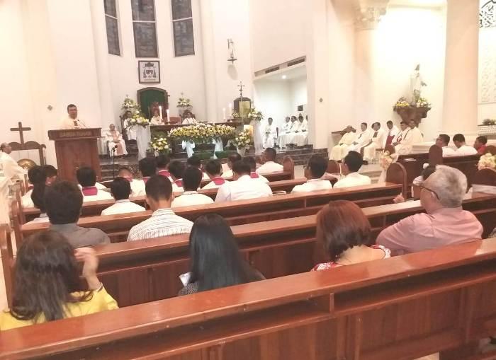 Superior Daerah MSC Sulawesi dan Kalimantan Timur Pastor Stephanus Berty Tijow MSC memberi homili (PEN@ Katolik/af)