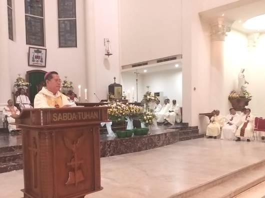 Uskup Manado Mgr Rolly Untu MSC memberikan sambutan dalam perayaan 100 Tahun Prefektur Apostolik Celebes (PEN@ Katolik/af)