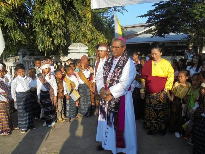 Mgr Edwal dijemput didampingi ketua stasi (PEN@ Katolik/yf)