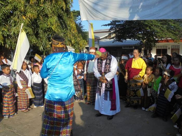 Mgr Edwal direciki air oleh Syrilus Maichu dalam acara Wewar Huler Wair (PEN@ Katolik/yf)