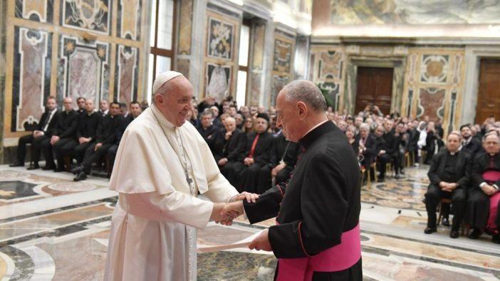 Paus menerima peserta Kursus Pembinaan Perlindungan Pernikahan dan Perhatian Pastoral bagi pasangan menikah yang mengalami krisis (Vatican Media)
