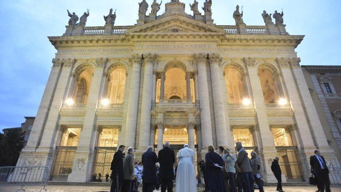 Paus Fransiskus dalam sebuah perayaan di depan Basilka Lateran