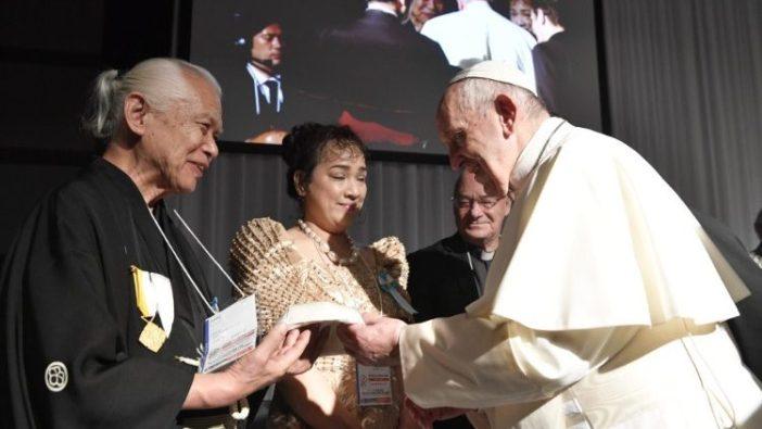 Le Pape saluant des victimes du Triple désastre de 2011, le 25 novembre 2019 à Tokyo. (Vatican Media)