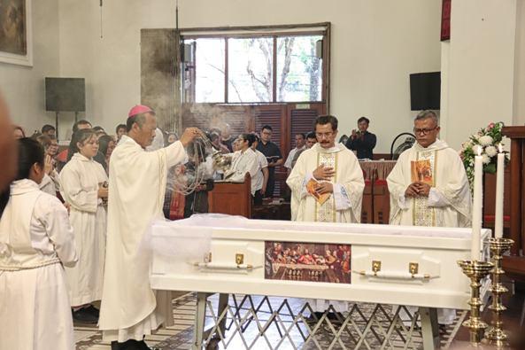 Uskup Tanjungkarang Mgr Yohanes Harun Yuwono memberkati jenazah Mgr Situmorang di Katedral Bandung (Foto Ignatius Yunanto)