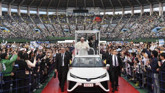 Paus Fransiskus memasuki Stadion Baseball Nagasaki untuk memimpin Misa (Vatican Media)
