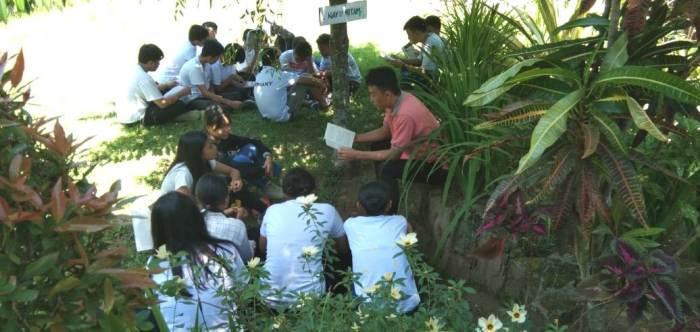 Membaca buku di luar kelas adalah salah satu bagian dari kegiatan sehari belajar di luar kelas  (PEN@ Katolik/ampcp)