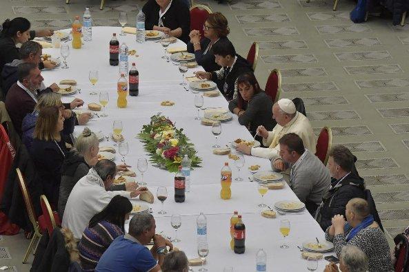 Paus Makan Bersama Orang Miskin 4