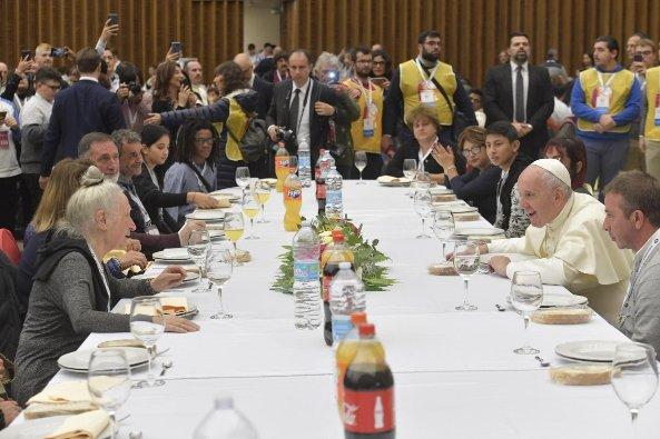 Paus Makan Bersama Orang Miskin 6