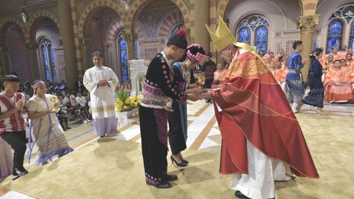 Paus Fransiskus menerima persembahan dalam Misa bersama OMK Thailand di Katedral Maria Diangkat ke Surga di Bangkok (Vatican Media)