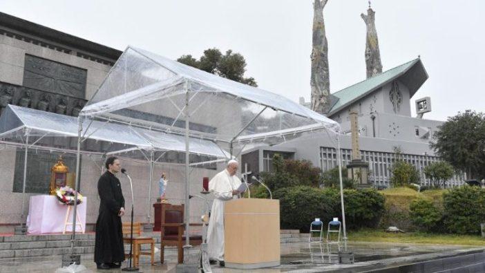 Paus Fransiskus berdoa di Monumen Para Martir di Nagasaki (Vatican Media)
