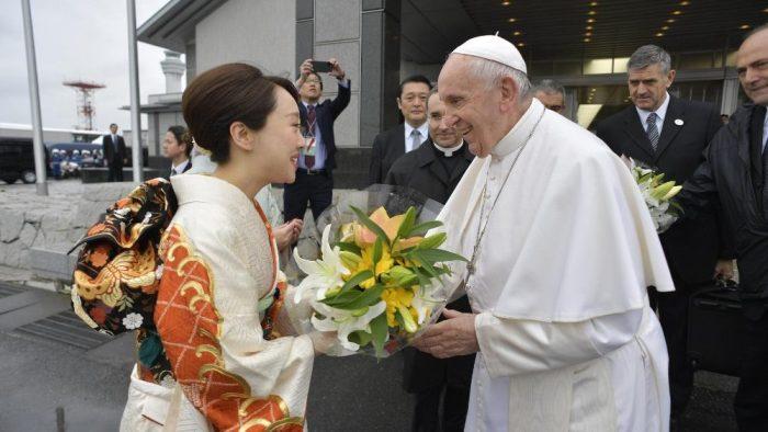 Paus men rima bunga dari seorang wanita dengan pakaian tradisional Jepang, kimono, sebelum pulang ke Roma