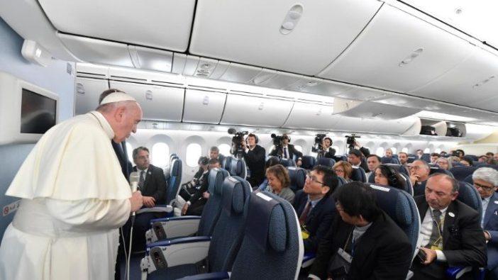 Paus mengadakan konferensi di pesawat dalam perjalanan pulang ke Roma (Vatican Media)