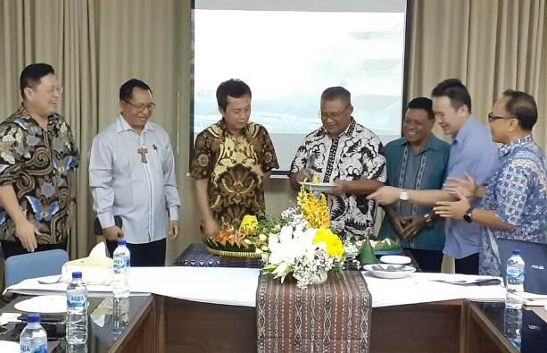 Ketua Komdik KWI Mgr Edwaldus Martinus Sedu selesai memotong tumpeng