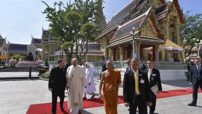 Paus di kompleks Kuil Wat Ratchabophit Sathit Maha Simaram, Bangkok (Vatican Media)