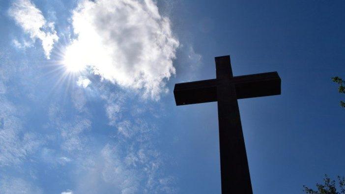 Salib menentang langit biru