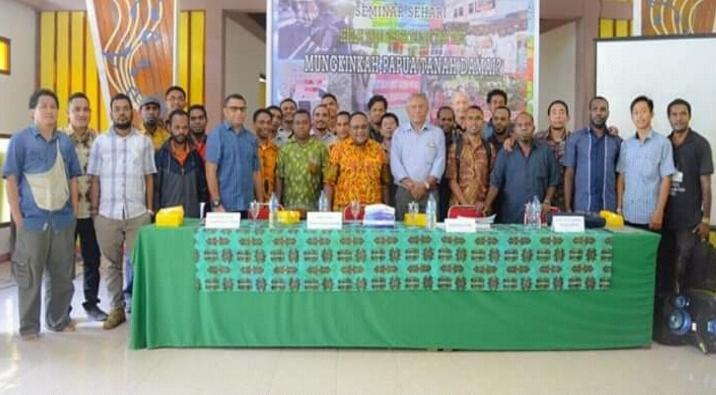"Foto bersama pembicara, moderator dan peserta seminar ""Mungkinkah Papua Tanah Damai?"""