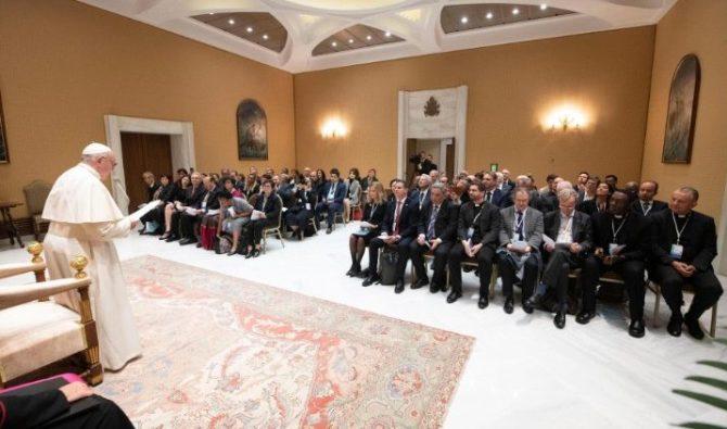 Paus Fransiskus memberikan ceramah kepada para anggota Federasi Internasional Universitas-Universitas Katolik (Media Vatican)
