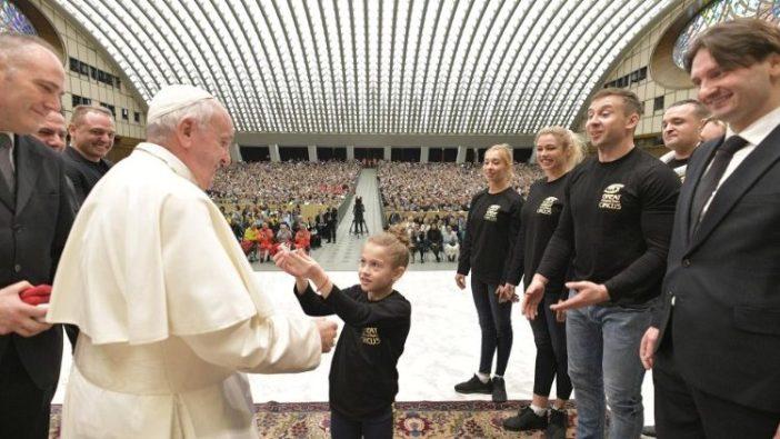 Paus bersama para  pemain sirkus yang menghiburnya dalam audiensi umum (Vatican Media)