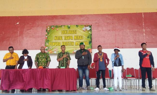 Deklarasi Natal Tanpa Miras di Taman Mandala Merauke, Minggu juga dihadiri Pastor Johannes Kandam Pr (kletiga dari kiri) (PEN@ Katolik/ym)