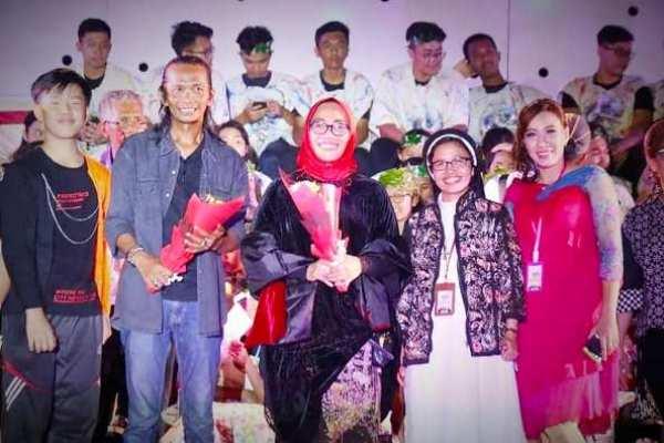 Sutradara Didi Kampleng dan Penulis Naskah Suster Albertine OP mengapit Wakil Walikota Cirebon Eti Herawati (Foto dari FB Suster Albertine)