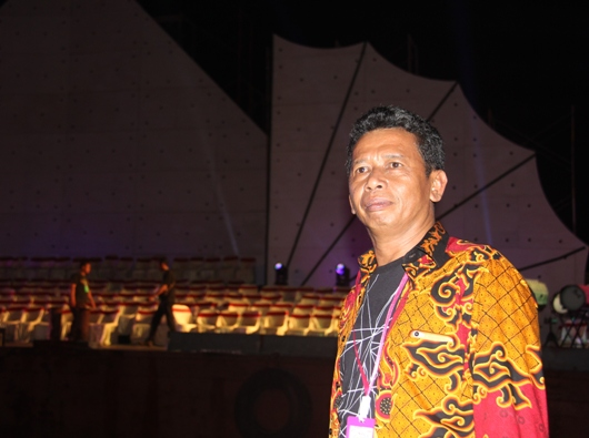 Jafarudin di depan tongkang yang menjadi panggung  Kosner Kebhinekaan Suluh Nusantara  (PEN@ Katolik/pcp)