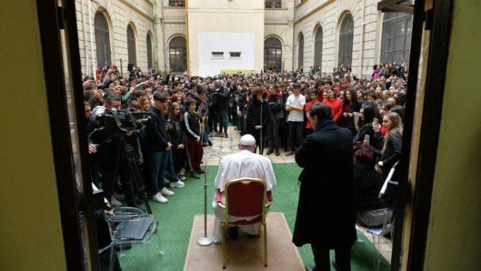 Kunjungan kejutan Paus ke Sekolah Menengah Negeri Pilo Albertelli (Vatican Media)