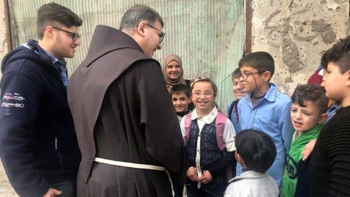 Pastor Firas Lufti dan anak-anak dalam proyek Seni Terapi