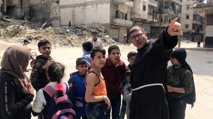 Pastor Firas Lufti bersama anak-anak Aleppo