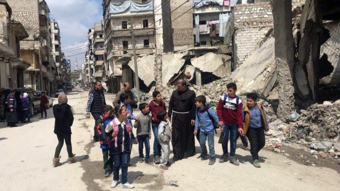 Pastor Firas Lufti bersama anak-anak di tengah reruntuhan  Aleppo